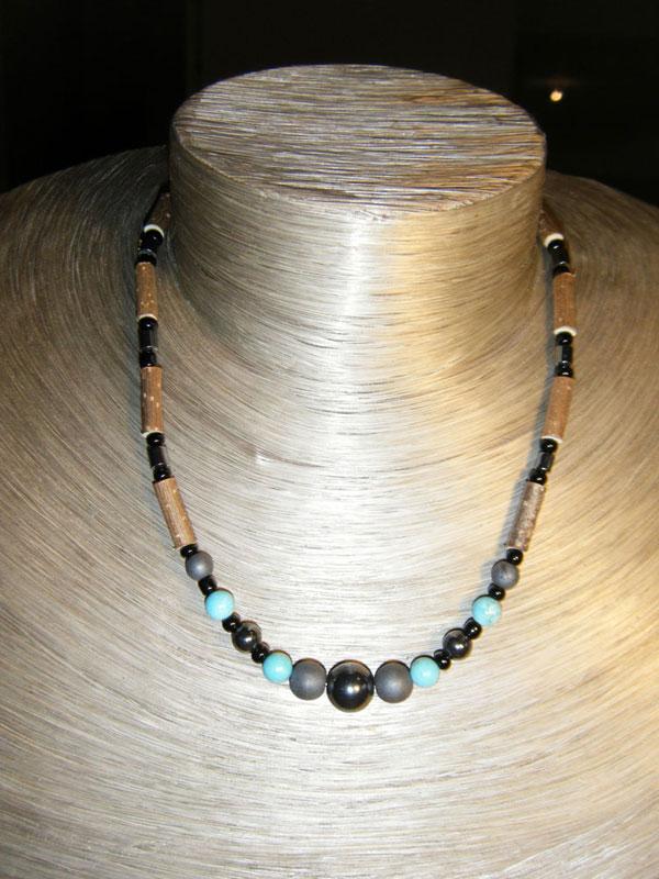 Les colliers en noisetier avec pierres