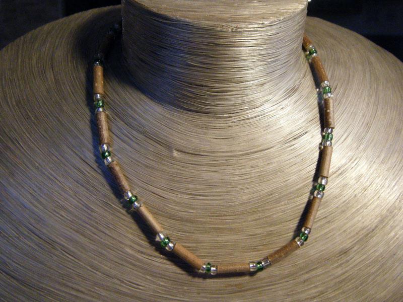 Les colliers en noisetier et perles